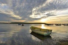 Barco y salida del sol foto de archivo