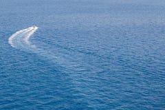 Barco y sus ondas Fotografía de archivo