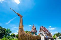 Barco y templo de oro del cisne con el cielo azul Fotografía de archivo