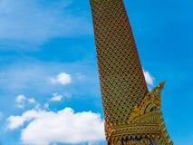 Barco y templo de oro del cisne con el cielo azul Fotografía de archivo libre de regalías