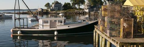 Barco y trampas de la langosta en el muelle Imágenes de archivo libres de regalías