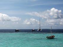 Barco y yate en el mar imagen de archivo libre de regalías