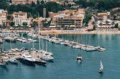 Barco y yates de pesca en Puerto de Soller, Majorca fotografía de archivo