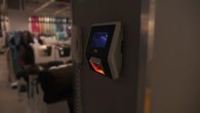Barcodescanner im Speicher stock video