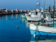 Barcos à tona no porto de Jaffa em um dia ensolarado bonito fotos de stock