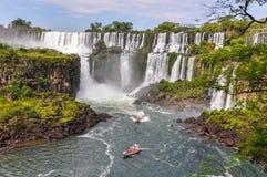 Barcos alrededor de las cataratas del Iguazú, la Argentina imagen de archivo libre de regalías