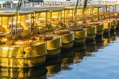 Barcos amarelos no lago Qianhai foto de stock royalty free