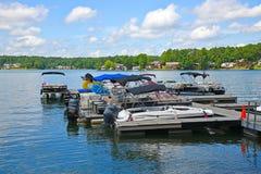 Barcos amarrados acima em um porto do lago Fotografia de Stock
