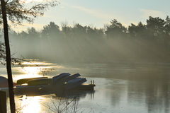 Barcos amarrados al lado del lago Fotografía de archivo libre de regalías