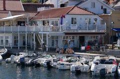 Barcos amarrados delante de un restaurante, Noruega foto de archivo