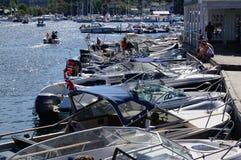 Barcos amarrados delante de un restaurante, Noruega Fotos de archivo libres de regalías