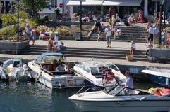 Barcos amarrados delante de un restaurante, Noruega Fotos de archivo