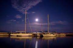 Barcos amarrados em um cais no console de Corfu Fotografia de Stock
