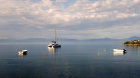 Barcos amarrados en bahía Foto de archivo libre de regalías