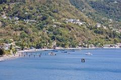 Barcos amarrados en bahía tropical Fotos de archivo