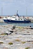 Barcos amarrados en blanco y azul en la alta marea, Inisheer, al oeste de Irlanda Fotografía de archivo libre de regalías