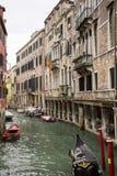 Barcos amarrados en el agua del canal de Venecia fotos de archivo libres de regalías