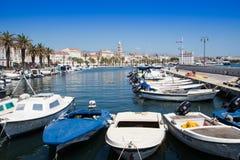 Barcos amarrados en el puerto deportivo Fotos de archivo libres de regalías