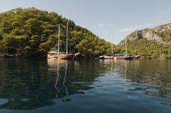 Barcos amarrados en la bahía de Fethiye Imagenes de archivo
