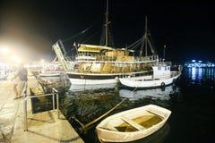 Barcos amarrados en Rovinj en la noche foto de archivo