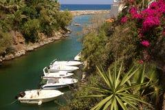 Barcos amarrados en Sissi Bay en Creta foto de archivo libre de regalías