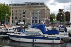 Barcos amarrados en un puerto de la ciudad Fotos de archivo