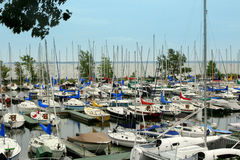 Barcos amarrados en un puerto deportivo Fotografía de archivo