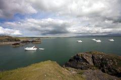 Barcos amarrados en una bahía imagen de archivo libre de regalías