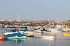 Barcos amarrados en una bahía imagenes de archivo