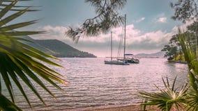 Barcos amarrados a la orilla en una bahía de Paradise 4K almacen de metraje de vídeo