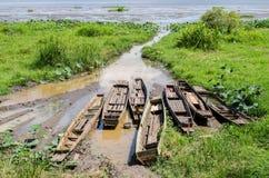 Barcos amarrados na costa do lago Fotos de Stock Royalty Free