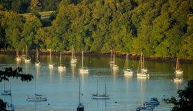 Barcos amarrados no dardo perto de Dittisham, Devon do rio foto de stock
