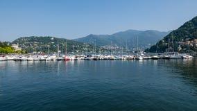 Barcos amarrados no lago Como foto de stock