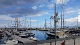 Barcos anclados en bahía debajo del cielo nublado azul almacen de video