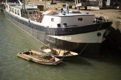 Barcos anclados en la costa, Rotterdam, Países Bajos Imagen de archivo