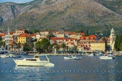 Barcos anclados en la playa de Cavtat Foto de archivo libre de regalías