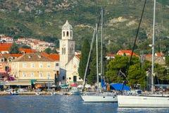 Barcos anclados en la playa de Cavtat Imágenes de archivo libres de regalías