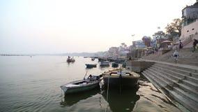 Barcos anclados en los ghats del río Ganges en Varanasi almacen de video