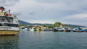Barcos anclados en puerto en Bitung