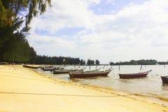 Barcos anclados por la playa Foto de archivo