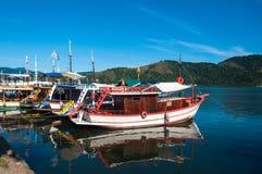 Barcos ancorados em Paraty, Rio de janeiro, Brasil imagem de stock