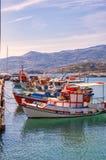 Barcos ancorados frente marítima de Sitia Foto de Stock Royalty Free