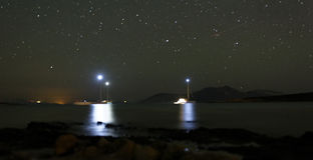 Barcos ancorados na noite imagens de stock royalty free