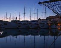 Barcos ancorados na noite fotos de stock