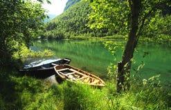 Barcos ao longo de um rio fotografia de stock royalty free