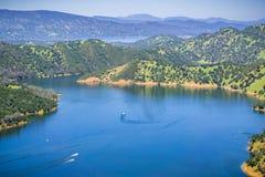 Barcos após ter deixado a angra do prazer no lago sul Berryessa da garganta fria de Stebbins, Napa Valley, Califórnia imagem de stock royalty free