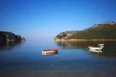 Barcos asegurados en bahía Fotos de archivo libres de regalías