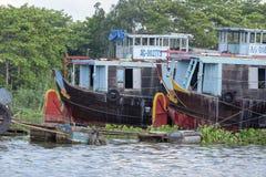 Barcos atracados en el pueblo flotante, Chau doc., Vietnam foto de archivo