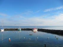 Barcos atracados en la orilla del lago Imagenes de archivo