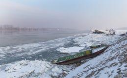 Barcos atrapados en el banco del río congelado Fotografía de archivo libre de regalías